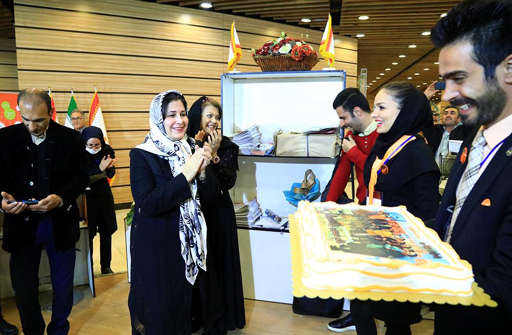 برپایی مراسم تولد مدیرعامل شرکت بادران درنمایشگاه صنعت و تجارت ایران با کشورهای همسایه